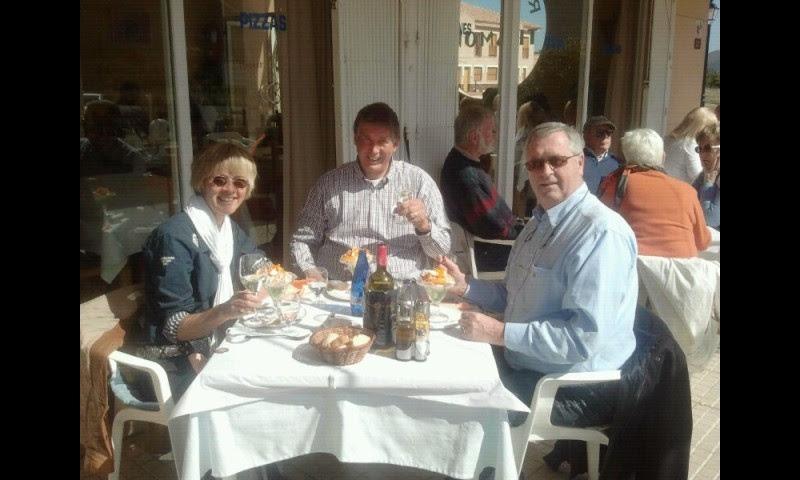 Dief en oplichter Hans en Marian Stigter tijdens een verraderlijk etentje in restaurant Tramonti in Parcent. Vlak na de diefstal van 300.000 euro en Engelse documenten!
